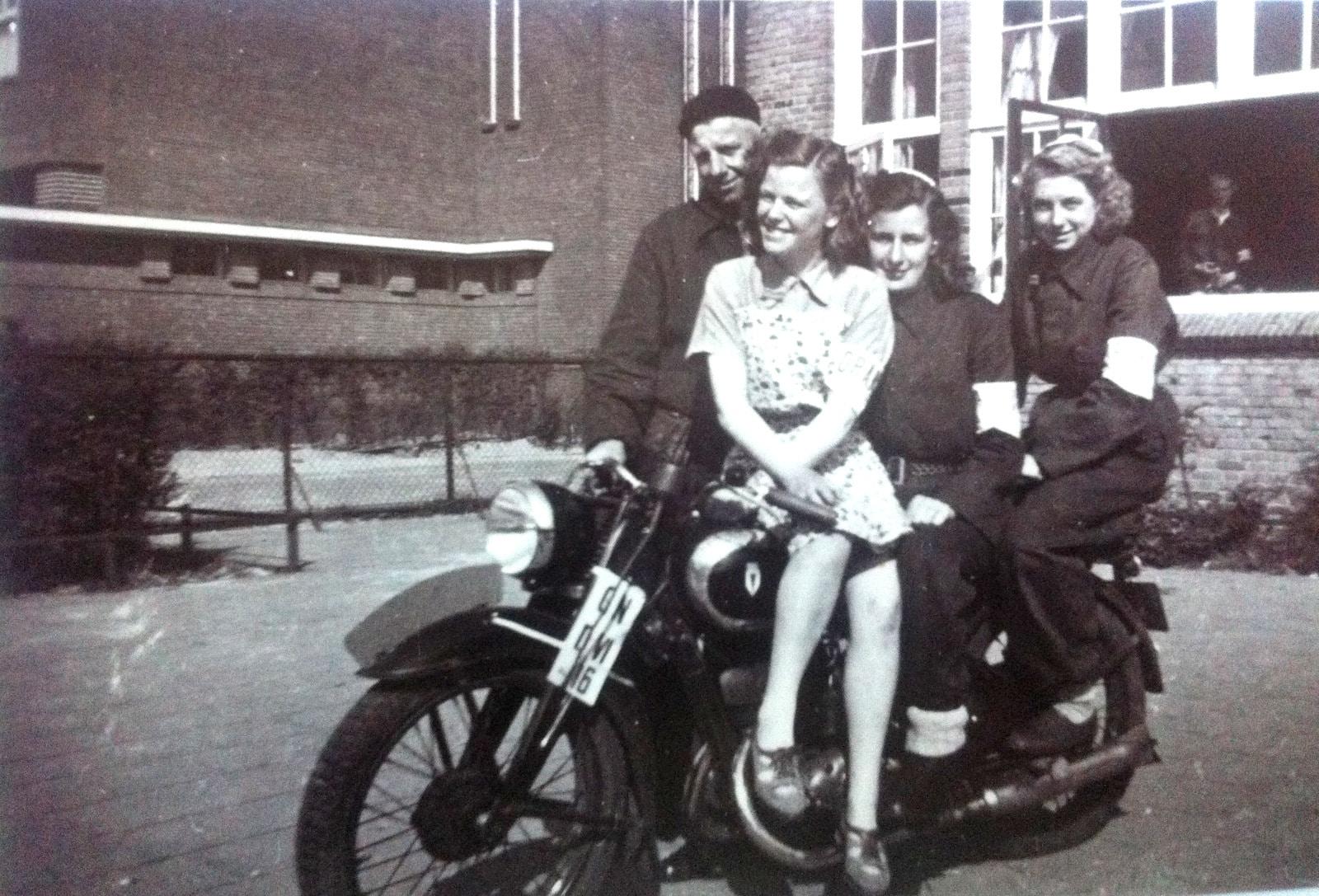 Ida (later Muis-)Hoorn, Jan van Altena, Alie Ehrenberg, Jopie Koopman (mei 1945, Dik Tromschool, Zaandam)